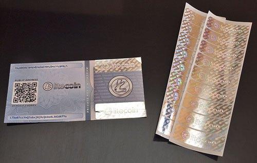 Een paper Litecoin wallet. Aan de bovenkant zie je de public key voor het ontvangen van Litecoins. Aan de onderkant zie je de private key voor het verzenden van Litecoins.